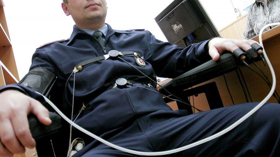 Сотрудник полиции во время проверки на полиграфе
