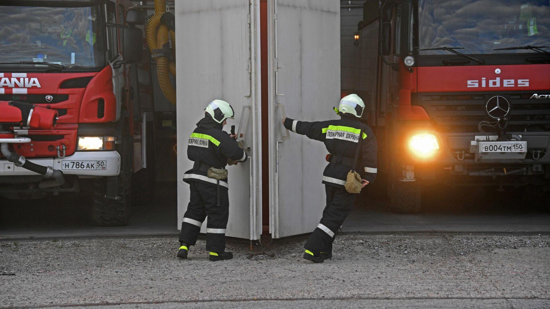 Сотрудники пожарной службы выезжают на место чрезвычайной ситуации - РИА Новости, 1920, 07.12.2020