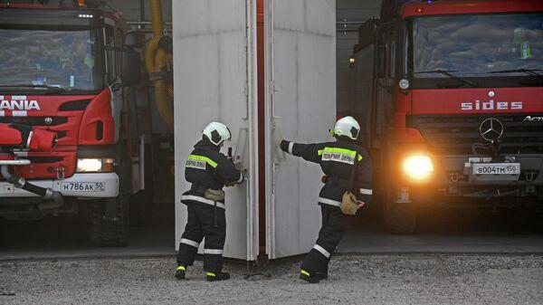 Сотрудники пожарной службы выезжают на место чрезвычайной ситуации