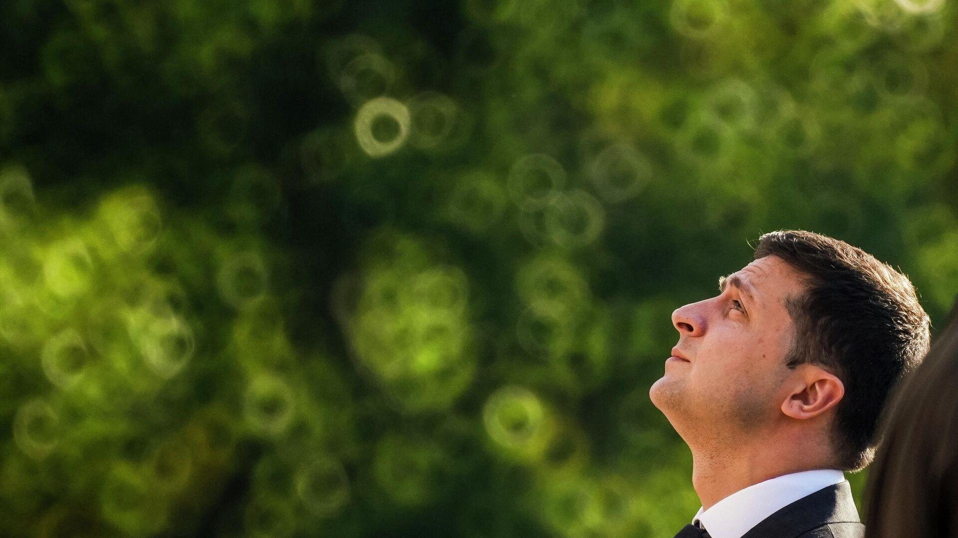 Президент Украины Владимир Зеленский на церемонии возложения цветов к памятнику Свободы в Риге. 16 октября 2109 - РИА Новости, 1920, 05.08.2021
