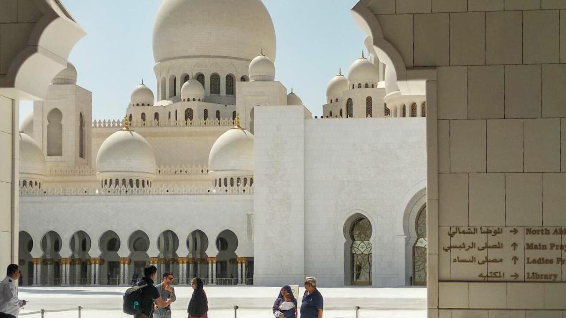 Туристы у входа в мечеть шейха Зайда в Абу-Даби, ОАЭ - РИА Новости, 1920, 10.11.2020