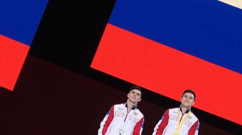 Призеры соревнований в личном многоборье среди мужчин на чемпионате мира по спортивной гимнастике в Штутгарте на церемонии награждения (слева направо:) Артур Далалоян (Россия) - серебряная медаль, Никита Нагорный (Россия) - золотая медаль.