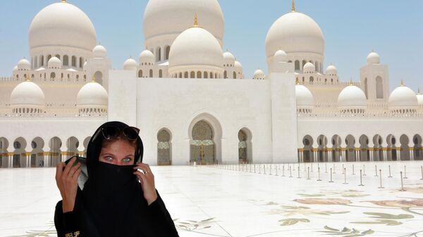Женщина возле мечети шейха Зайда. Абу-Даби, ОАЭ