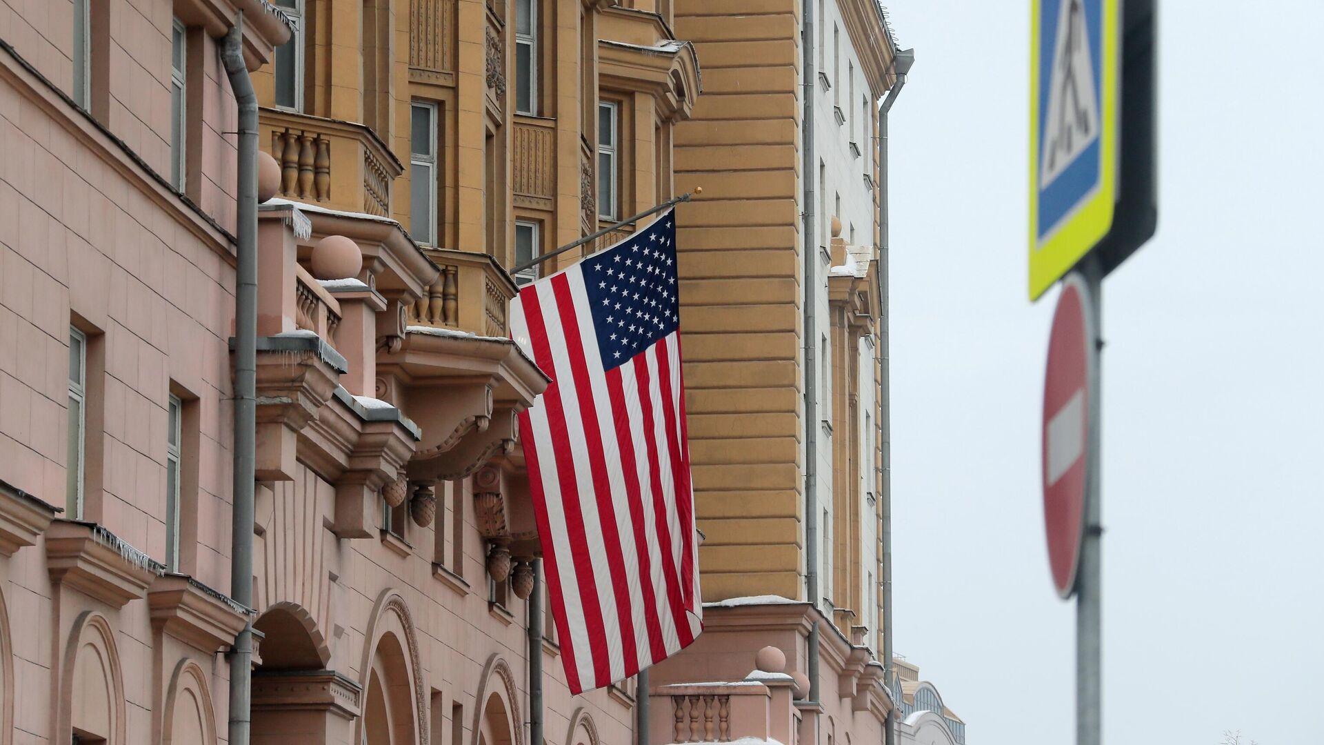 Флаг США на здании посольства  - РИА Новости, 1920, 22.01.2021