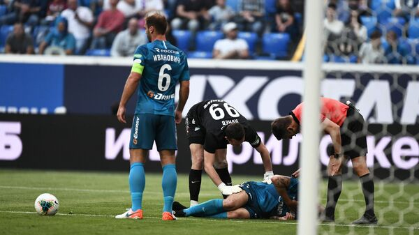 Футболист Зенита на газоне после полученной травмы