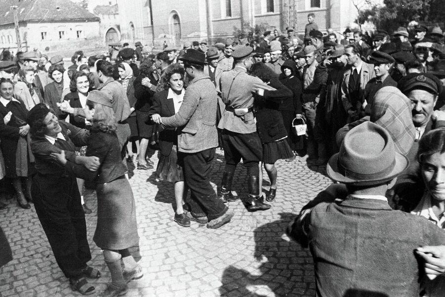 Белградцы танцуют на улицах освобожденного города