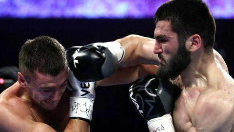 Справа налево: боксеры Артур Бетербиев (Россия) и Александр Гвоздик (Украина)