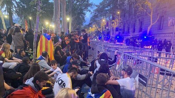 В Каталонии тысячи человек протестуют у здания Высшего суда