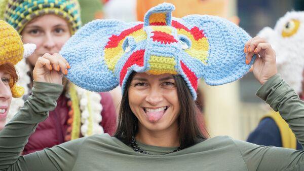Участница карнавального шествия