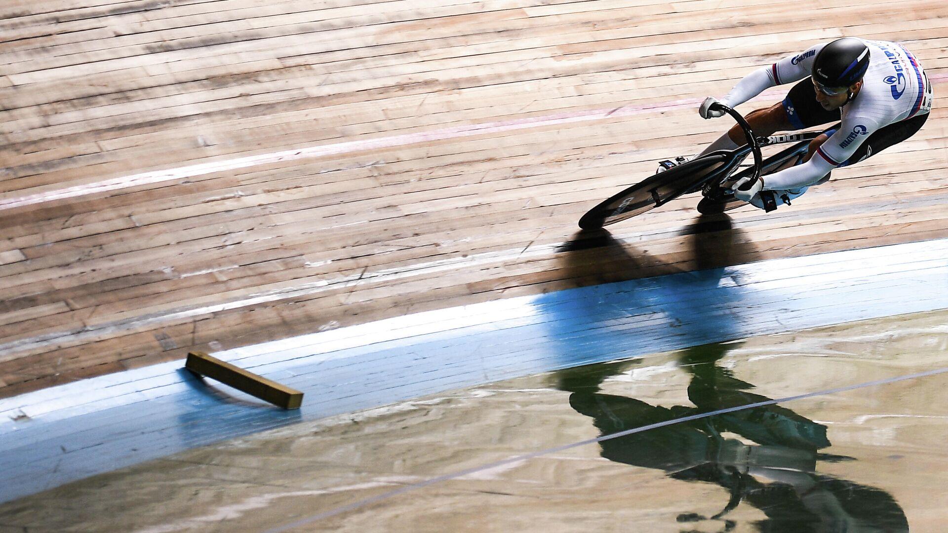 Денис Дмитриев (Россия) в квалификационном заезде индивидуального спринта среди мужчин на соревнованиях по трековым гонкам Гран-при Москвы. - РИА Новости, 1920, 14.11.2020