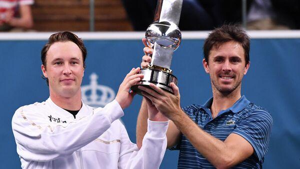 Слева направо: Хенри Континен (Финляндия) и Эдуар Роже-Васслен (Франция), победившие в парном разряде на теннисном турнире в Стокгольме