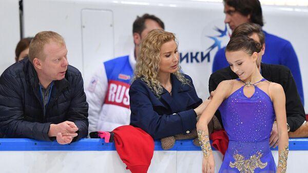 Тренер Сергей Дудаков, тренер Этери Тутберидзе, Анна Щербакова (слева направо)