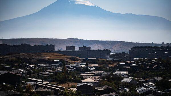 Вид на гору Арарат и город Ереван.