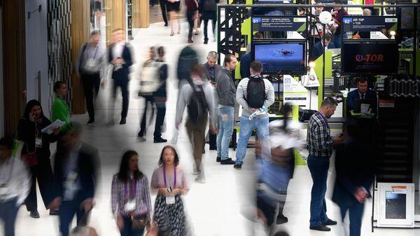 Посетители на выставке в рамках Московского международного форума Открытые инновации