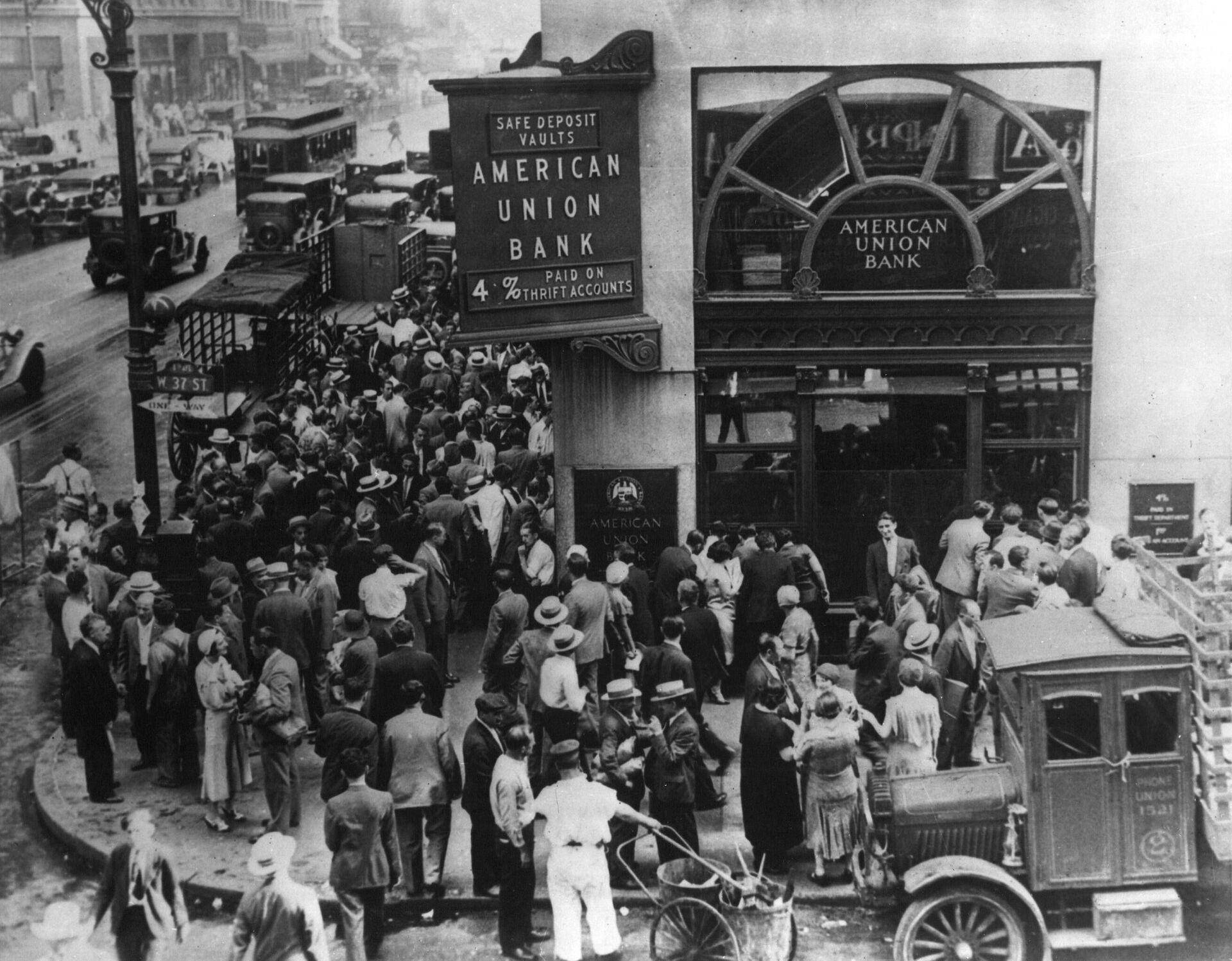 Толпа в американском банке в Нью-Йорке во время банковской паники в начале Великой депрессии - РИА Новости, 1920, 02.09.2020