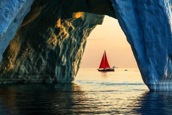 Яхта Петр Первый проплывает мимо айсберга в акватории острова Гренландия