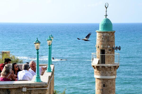 Старый минарет на берегу Средиземного моря в Яффе