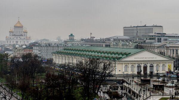 Манежная площадь в Москве. В центре - центральный выставочный зал Манеж. На дальнем плане слева - храм Христа Спасителя