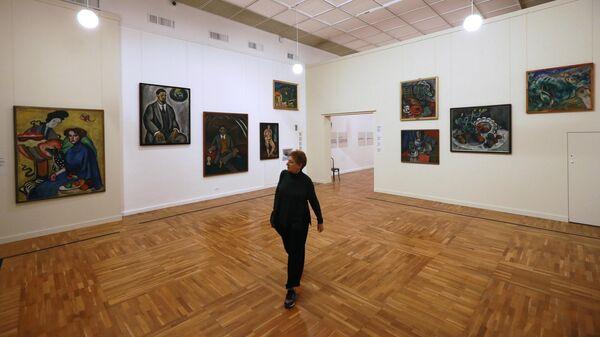 Посетительница на выставке Авангард. Список №1. К 100-летию Музея живописной культуры
