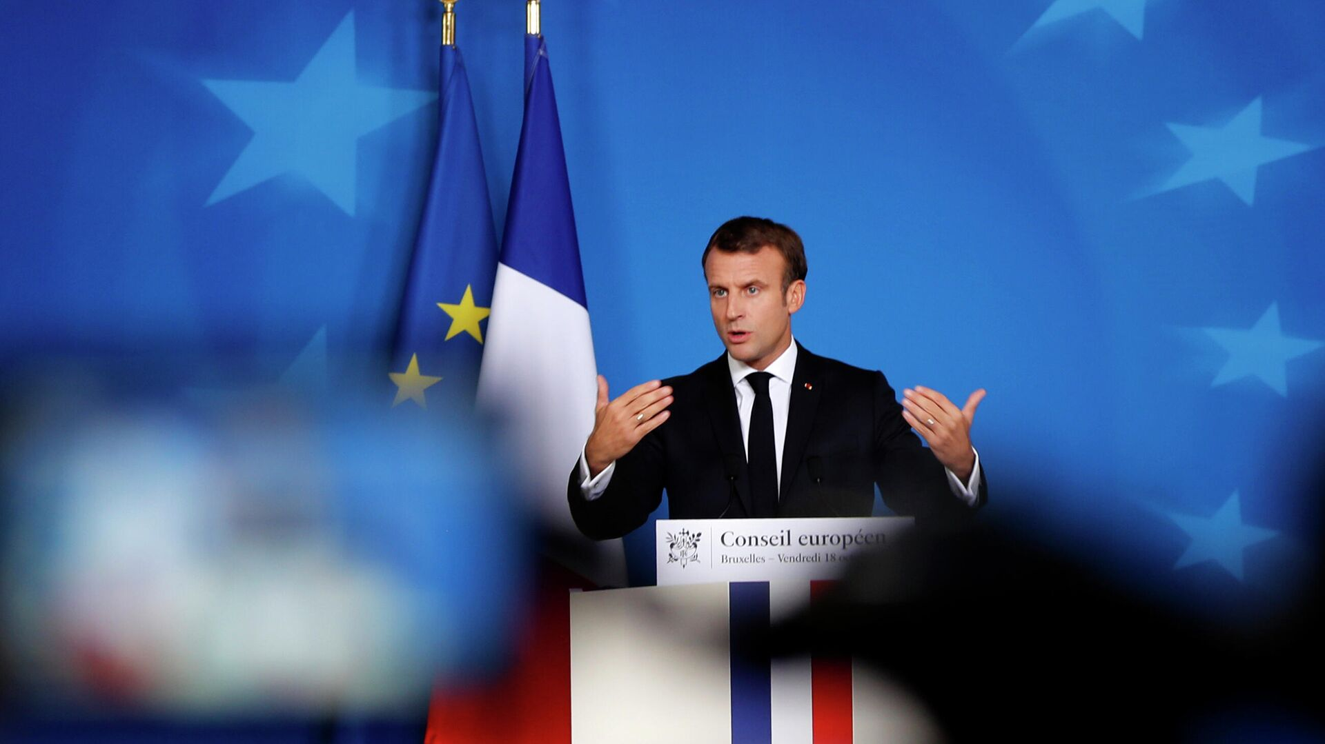 Президент Франции Эммануэль Макрон выступает на саммите ЕС в Брюсселе - РИА Новости, 1920, 10.05.2021