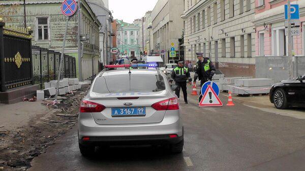 Работа оперативных служб на месте ДТП в районе д. 6 в Погорельском переулке в Москве, где водитель сбил двух женщин. 23 октября 2019