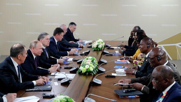 Президент РФ Владимир Путин и президент Центральноафриканской Республики Фостен Арканж Туадера во время встречи на полях саммита Россия - Африка. 23 октября 2019