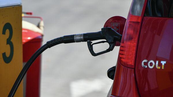 Заправка бензином автомобиля на автозаправочной станции