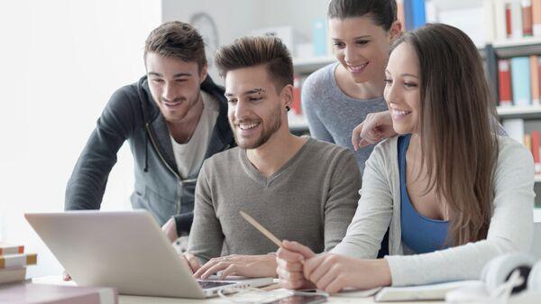 Студенты сидят за компьютером