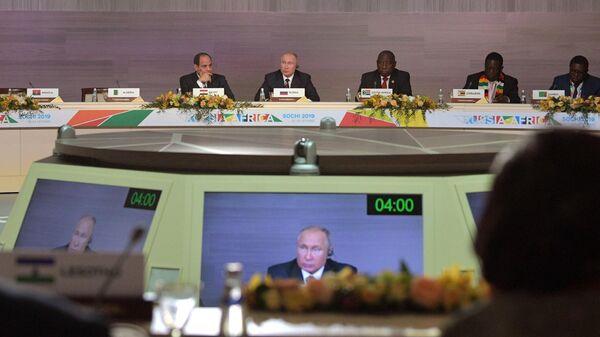 Президент РФ Владимир Путин на втором пленарном заседании саммита Россия - Африка