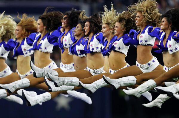 Девушки из группы поддержки Даллас Ковбойз на матче в Арлингтоне, Техас