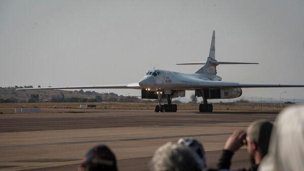 Посадка одного из двух российских бомбардировщиков Ту-160 на военной базе в Претории, Южная Африка