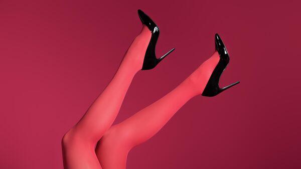 Женские ноги в колготках
