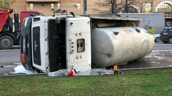 Последствия ДТП с опрокинувшимся грузовиком на Волгоградском проспекте в Мосскве