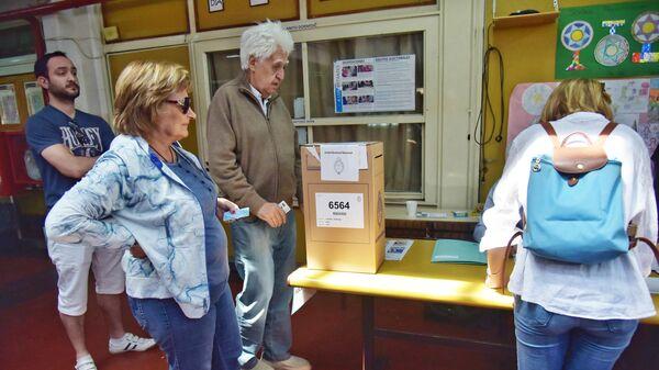 Жители Буэнос-Айреса голосуют во время второго тура президентских выборов в Аргентине