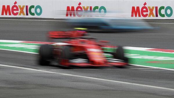 Пилот Ферарри Шарль Леклер во время свободных заездов на Гран-при Мексики