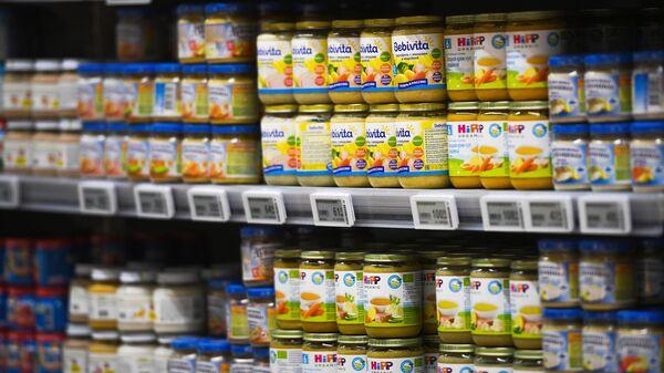 Полки с детским питанием в гипермаркете
