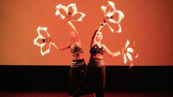 Артисты показывают фаер-шоу на фестивале огней в Москве