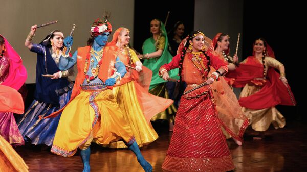 Элементы традиционного танца на фестивале Дивали в Москве