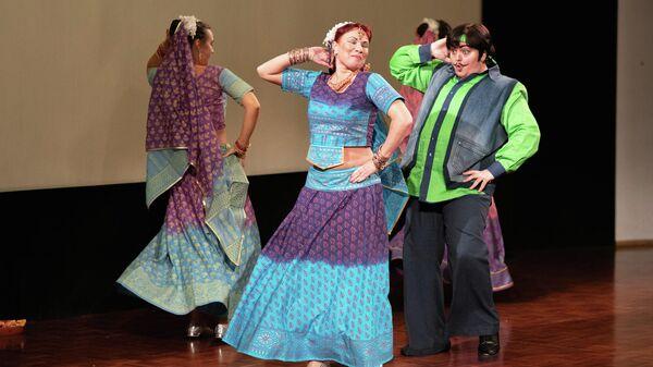 Танцевальный номер во время индийского фестиваля огней в Москве