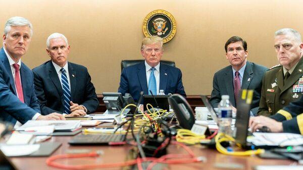 Президент США Дональд Трамп во время наблюдения за операцией по ликвидации главаря группировки ИГ* Абу Бакра аль-Багдади