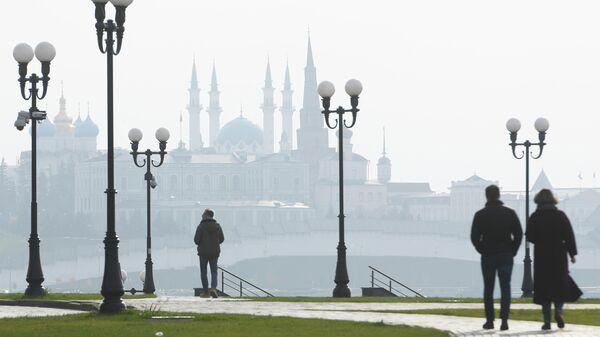 Жители города прогуливаются по набережной реки Казанка