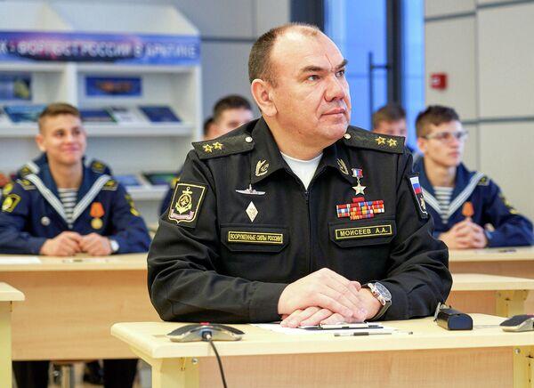 Вице-адмирал Александр Моисеев во время Всероссийского географического диктанта