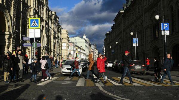 Прохожие на улице Ильинка в Москве