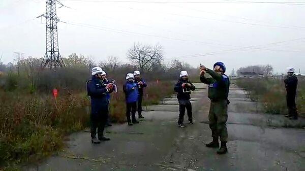 Старт отвода сил между ополченцами ЛНР и украинскими силовиками у города Золотое. Стоп-кадр видео