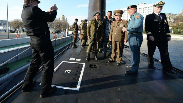 Делегация военных атташе посольств иностранных государств, аккредитованных в Российской Федерации, во время посещения дизельной подводной лодки Тихоокеанского флота Комсомольск-на-Амуре во Владивостоке