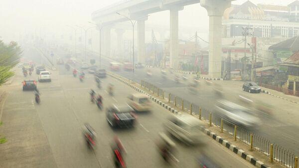 Смог от лесных пожаров в городе Палембанг, Южная Суматра, Индонезия