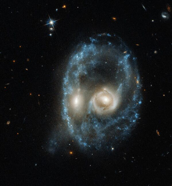 Галактики из Призрачного следа, заснятые телескопом Hubble
