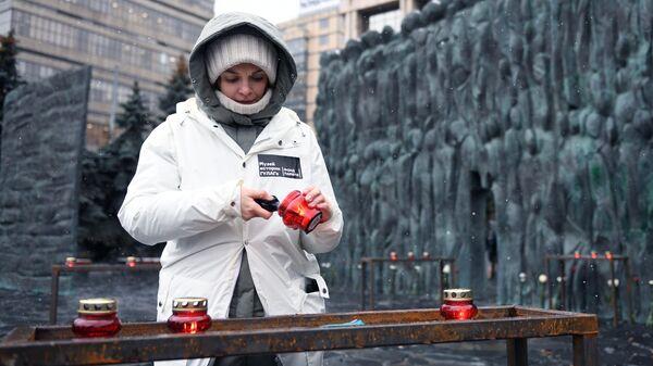 Акция Колокол памяти у мемориала Стена скорби на проспекте Сахарова в Москве. 30 октября 2019