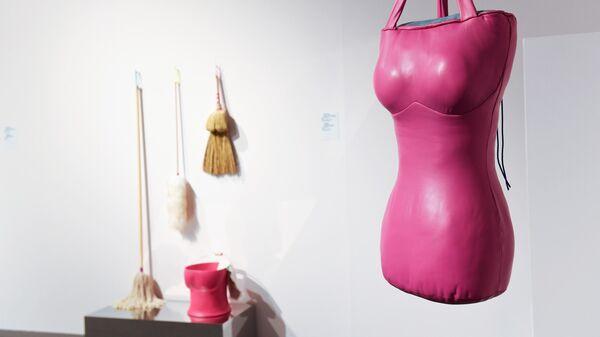 Груша для битья Халлы бинт Кхалид в экспозицией VIII Московской международной биеннале современного искусства