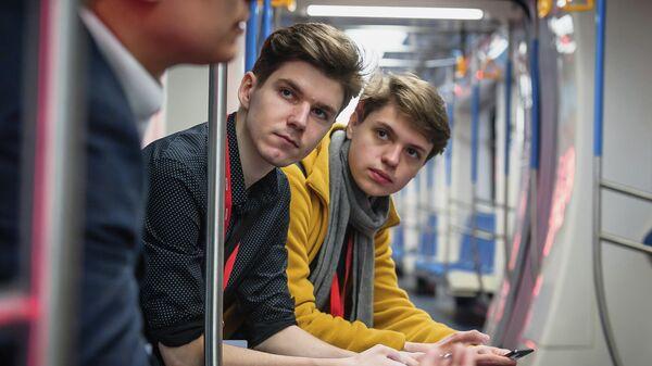 Постановщик задач консультирует разработчиков в вагоне метро